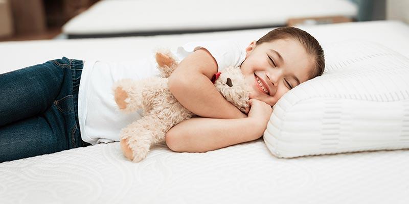 Ребенок спит на ортопедической подушке