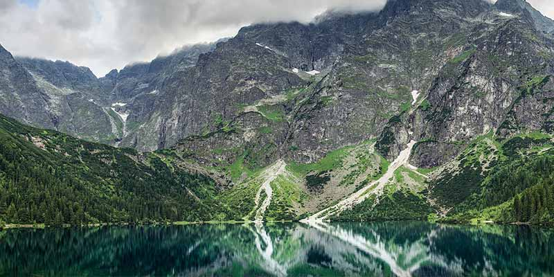 Озеро посреди гор