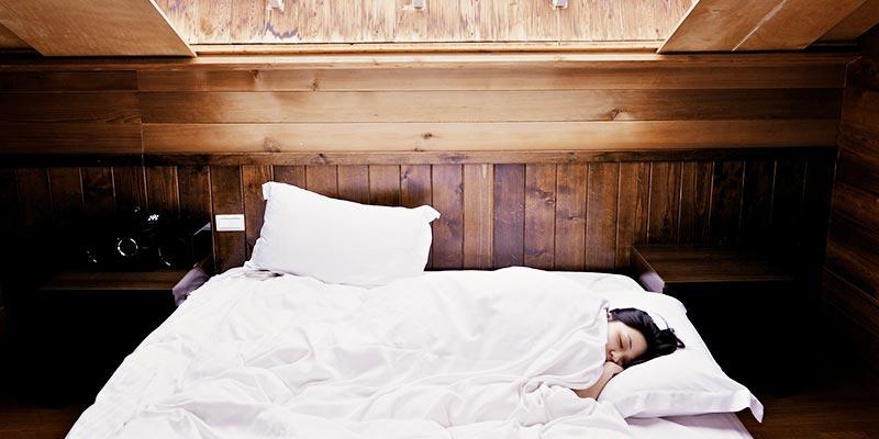 Сон при свете на кровате